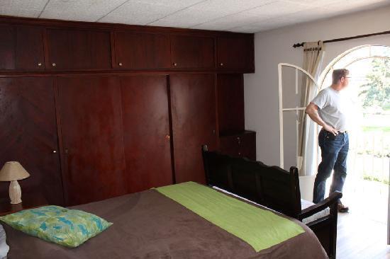 Hostal Villa Nova Inn: beautiful wood, nice size room