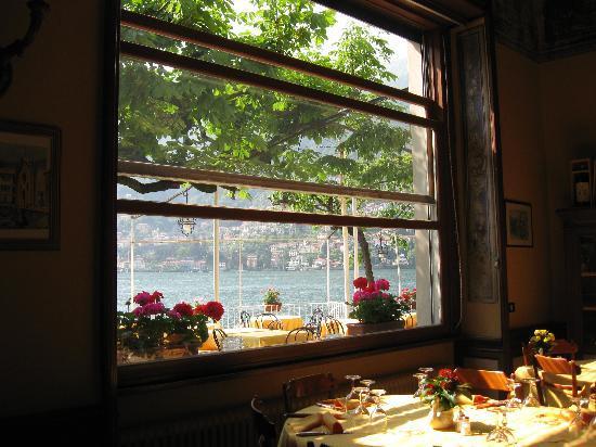 Albergo Ristorante Vapore: Ristorante Vapore ( loc.Torno)foto scattata dalla sala /panorama da fiaba!!!