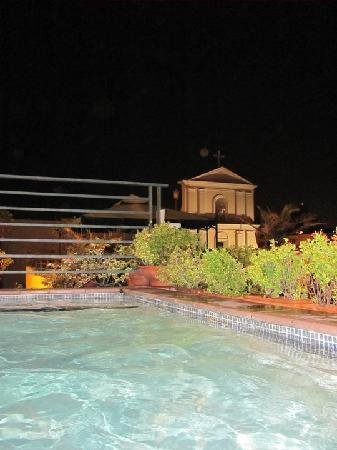 Hotel El Convento: Roof top pool all to ourselves at night. Music and a cooler makes it for a great evening!