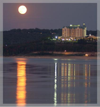 Chateau on the Lake Resort & Spa : Moonlight