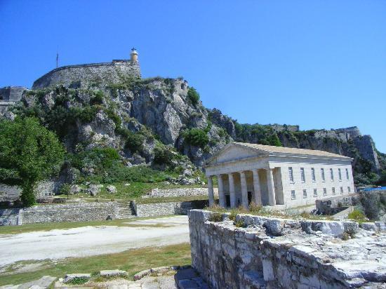Corfu Town, Grecia: Blick auf die Festung mit der Georgskirche im Vordergrund