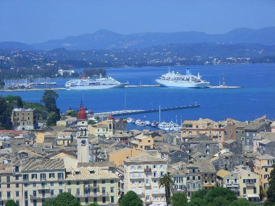 Corfu Town, Grecia: Von ganz oben genießt man einen herrlichen Panoramablick auf Altstadt und Hafen
