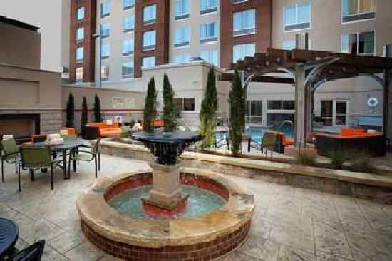 Hampton Inn & Suites Chattanooga / Downtown: outside fireplace area