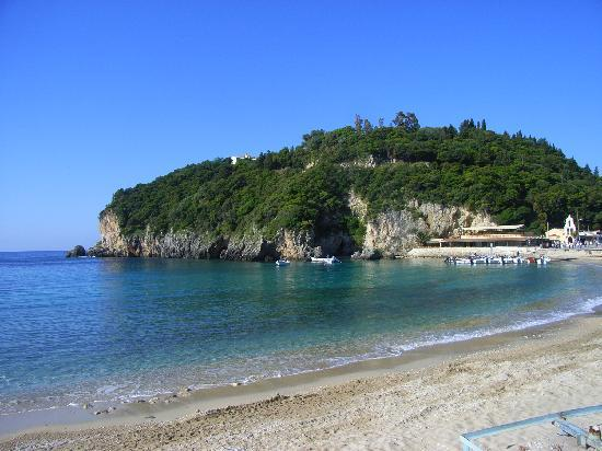 Paleokastritsa, Greece: Der kleine Strand vor der Halbinsel mit der Klosterkirche lädt zum Baden und Relaxen ein