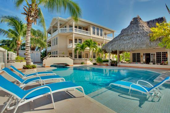 Iguana Reef Inn: The relaxing swimming pool area