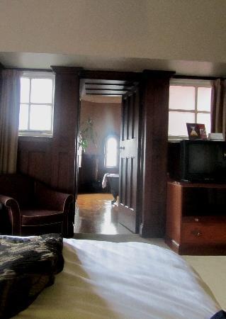 โรงแรม เดอะ พาเลส: View from bedroom through to  bathroom