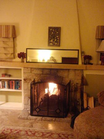 Edgemere Cottages: Cozy fireplace
