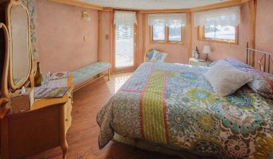 Silver Forest Inn : Bridger Room with Private Entrance & Jacuzzi Tub