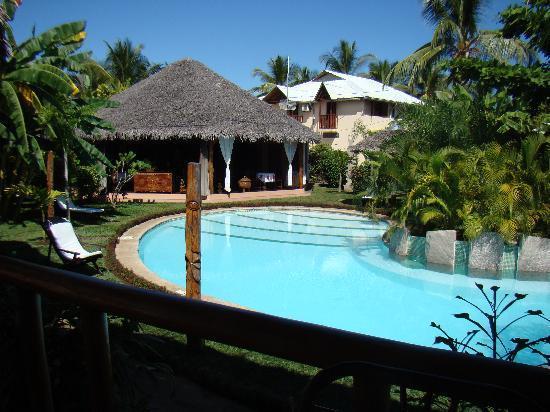 Hotel Le Zahir Lodge Nosy Be : la piscine et l'unité bar/restaurant