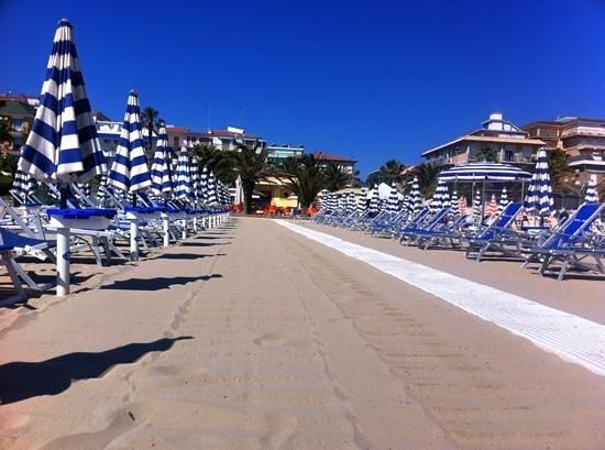 Hotel Taormina & Residence: spiaggia clienti taormina con hotel alle spalle(color verde)