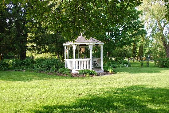 Hummingbird's Home Bed and Breakfast : Gazebo with picnic table & chairs to enjoy the outdoors & a bottle of wine