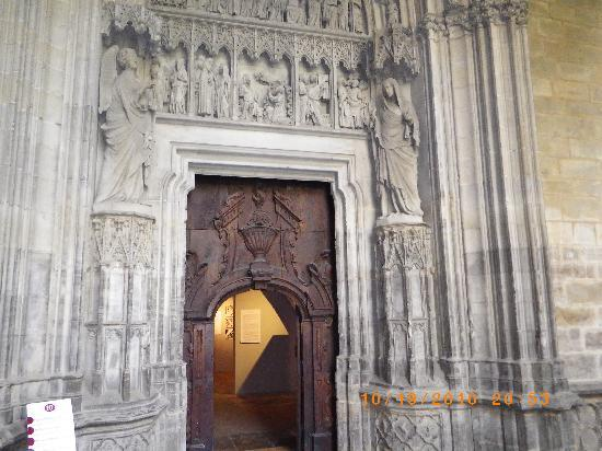 Cathédrale de Pampelune : One of the beautiful carved entrances to the Cathedral
