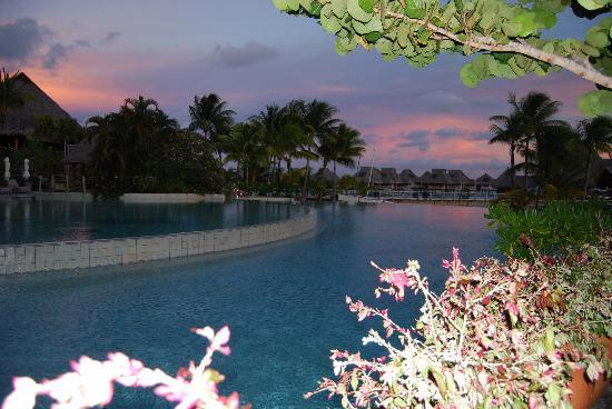 Conrad Bora Bora Nui: The pool view at night from the bar