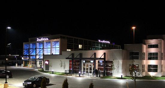 Radisson Hotel Menomonee Falls: Exterior at Night