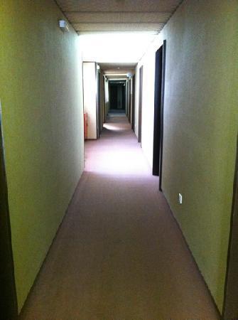 Mistral Hotel Piraeus: hotel corridor