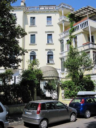Byron Hotel: Hotel from outside  (taken from Via Dardanelli)