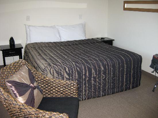 Ballinor Motor Inn: Comfortable king bed