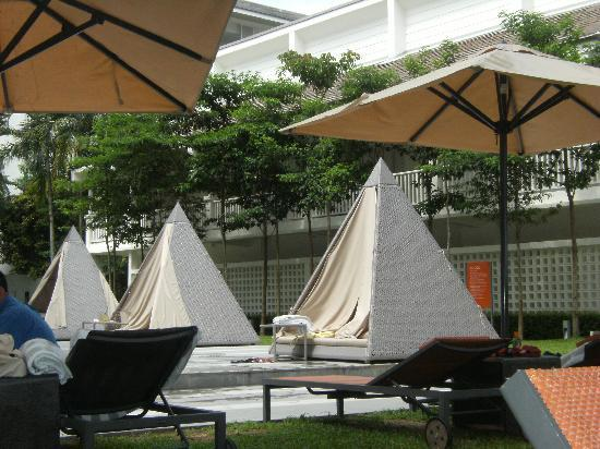 Lone Pine Hotel: Little tents by the poolside