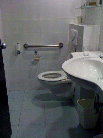 Madison Hotel Nahariya: Narrow bathroom doesn't allow a wheelchair to turn.