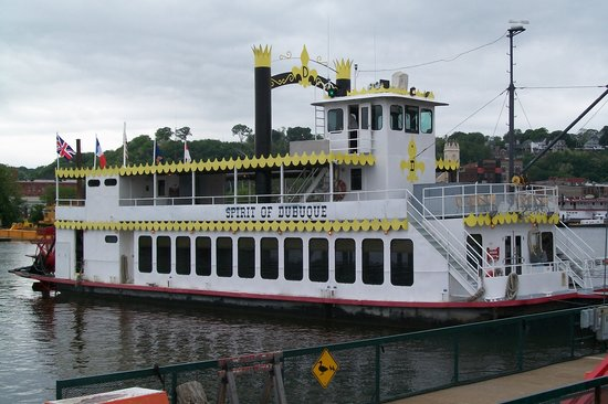 Dubuque, IA: The boat. Plenty of seating and tables on board.