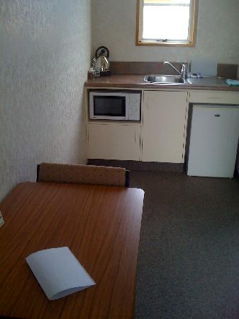 Parklands Motel: kitchen/dining area