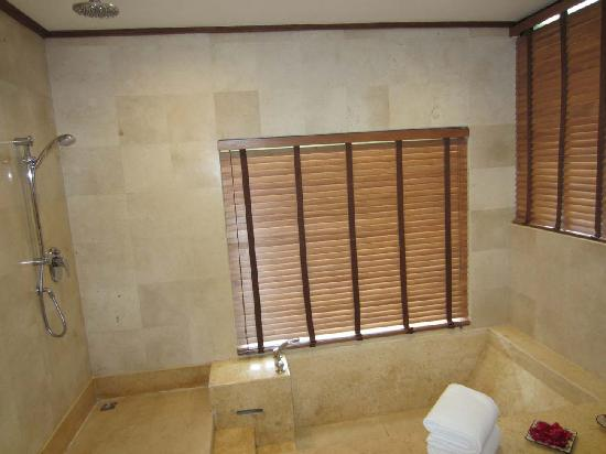 Park Hyatt Goa Resort and Spa: Sunken Bath tub....its nice and different