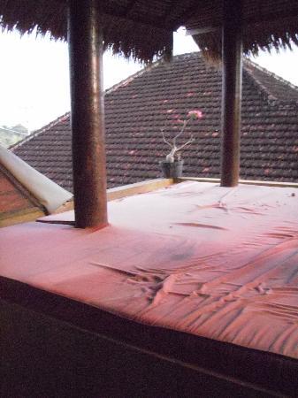 Uluwatu Gecko Inn: cushioned alang alang on the balcony