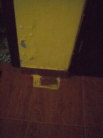 "Uluwatu Gecko Inn: shappy paint job in ""superior"" room"
