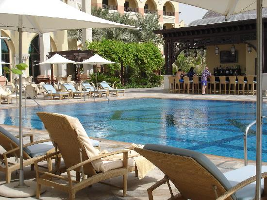 Swimming pool bei nacht picture of shangri la hotel Hotel with swimming pool in mount abu