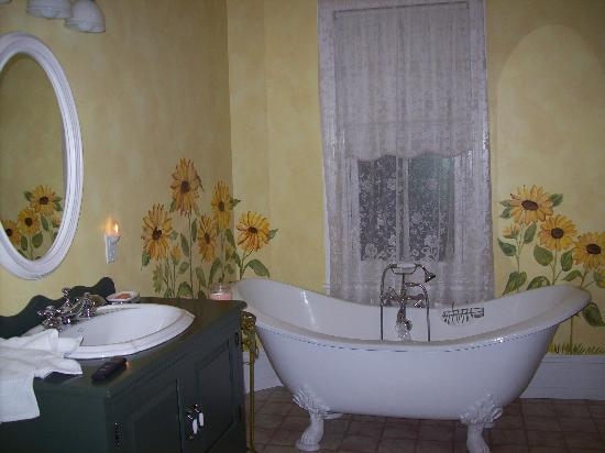 Main Street Inn: The Wanner Suite Bath
