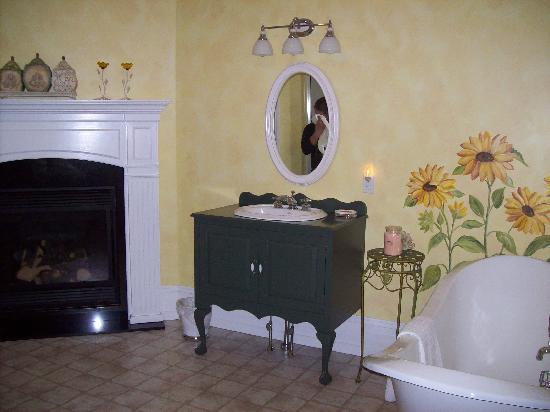 Main Street Inn: The Wanner Suite Bath 2