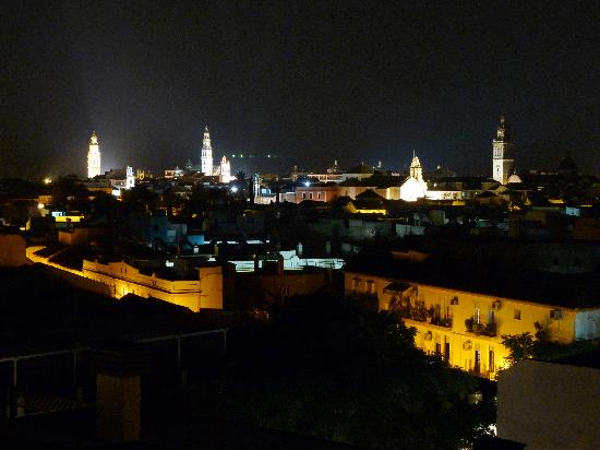 Nächtliches Panorama von Ecija von der Dachterrasse des Infanta Leonor