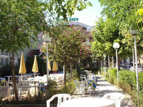 Hotel Eden : Villa  Eden immersa nel suo verde e fiorito giardino(magnifico!)