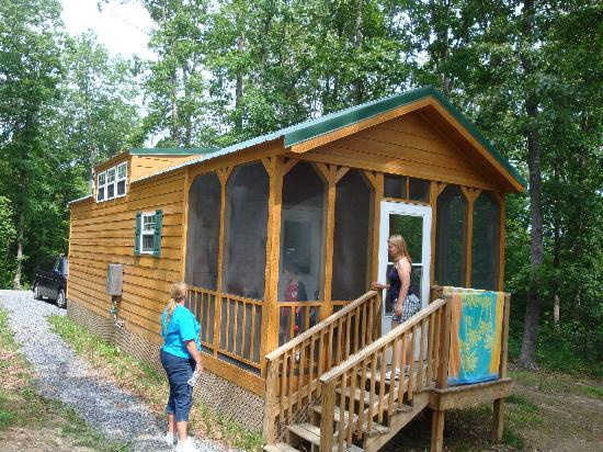 Yogi Bear's Jellystone Park at Natural Bridge: large deluxe cabin