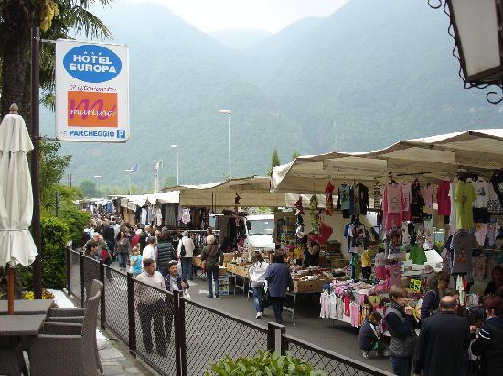Porlezza, Italy: Samstags-Markt am Seeufer