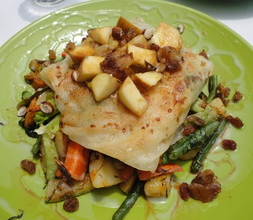 """Earth Cafe: Delicious """"pie"""" with pumpking, spinach and goat cheese"""