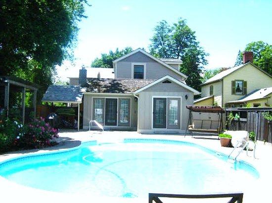 Amarula House : pool area