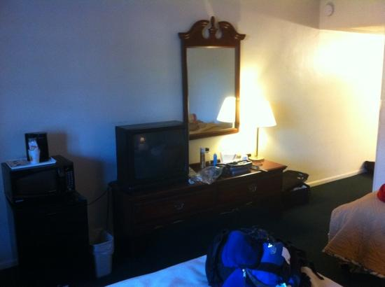 Super 8 by Wyndham Lake City: nice fridge and coffee maker