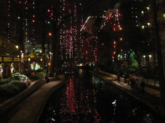 Drury Inn & Suites San Antonio Riverwalk: Outside of hotel at night