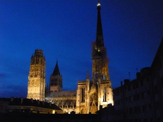 Comfort Hotel Rouen Alba: 夕暮れせまるルーアン大聖堂