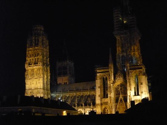 Comfort Hotel Rouen Alba : 夜の大聖堂(ホテルの窓から)