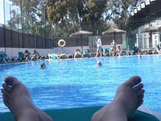 Beverly Park Hotel : en una de las tres piscinas