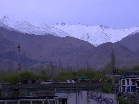Khangri Hotel: View of Khardung-la pass