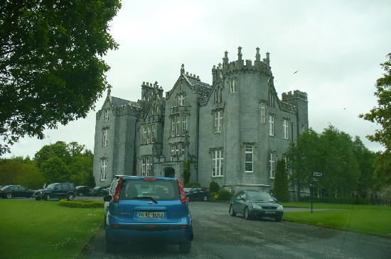Kinnitty Castle Hotel: Driving up the driveway