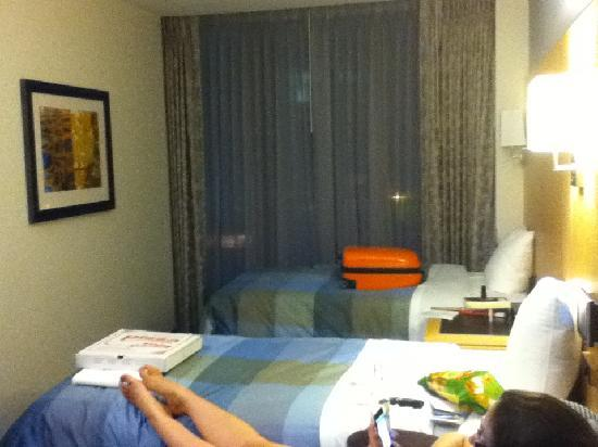 Club Quarters Hotel, World Trade Center: room with two single beds
