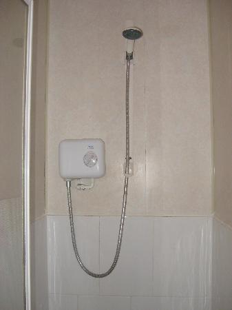 Becket Guest House: Shower
