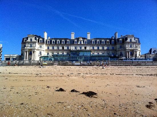 Le Grand Hotel des Thermes Marins de St-Malo : hôtel vu depuis la mer