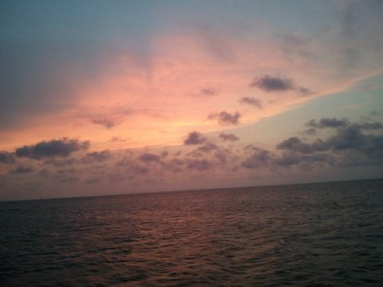 Glovers Reef Atoll, เบลีซ: sunset from the bar...