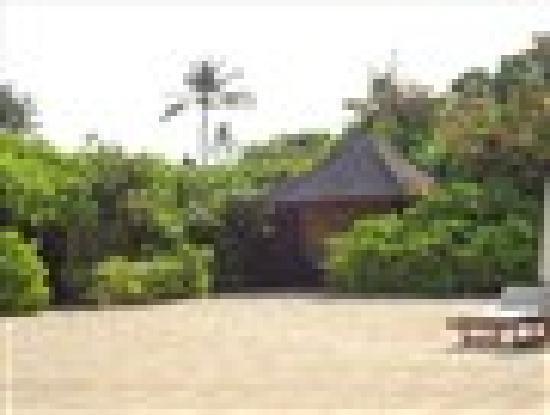 Amanusa: Covered lounging huts at the beach