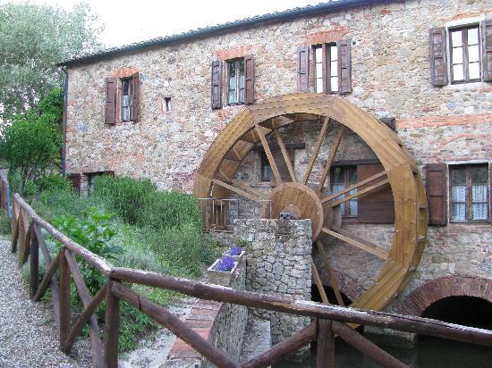 Agriturismo Il Mulino Delle Pile: La ruota di legno funzionante